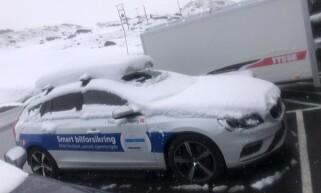 SNØDEKTE: Bilene var dekket av snø da Ove Fortun våknet i morges. Foto: Ove Fortun