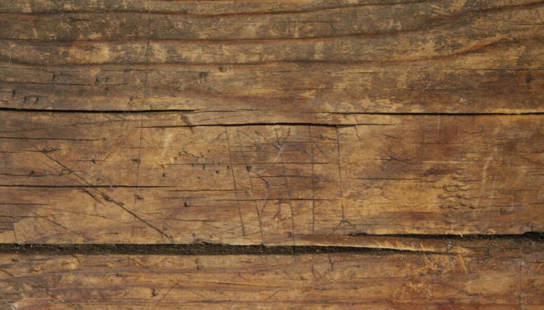 LESERÅD: Her er de bokstavene i runealfabetet risset inn. Foto: Kristel Zilmer