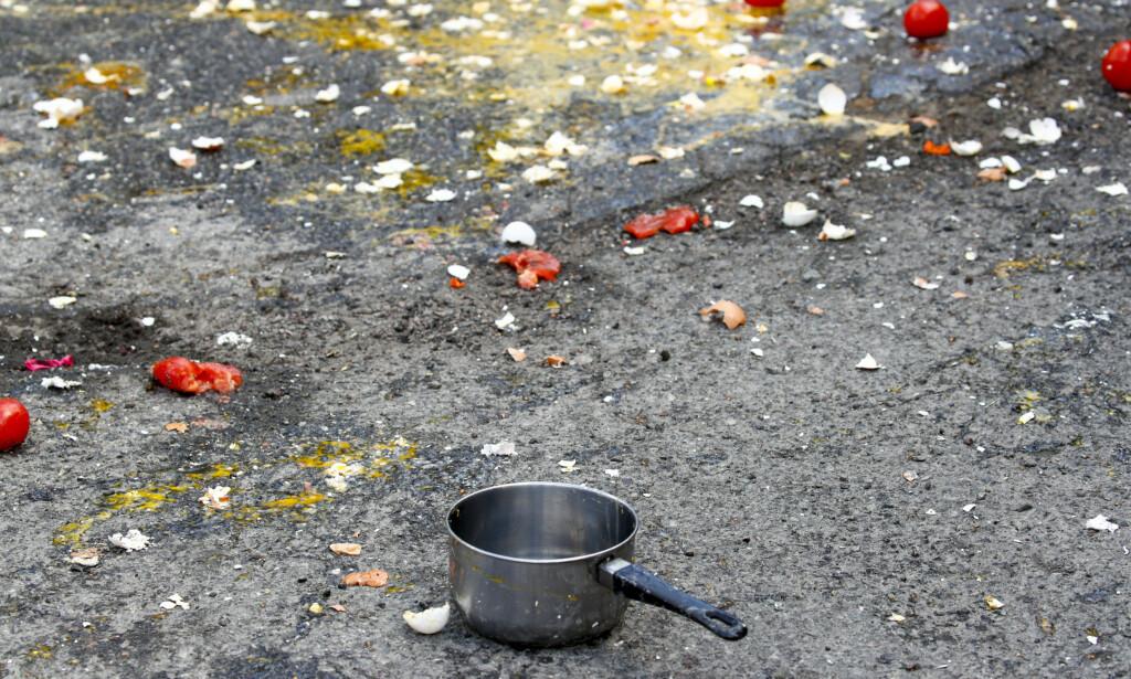 KASTEVÅPEN: En kasserolle var blant gjenstandene som ble kastet mot SIAN. Foto: Terje Pedersen / NTB Scanpix