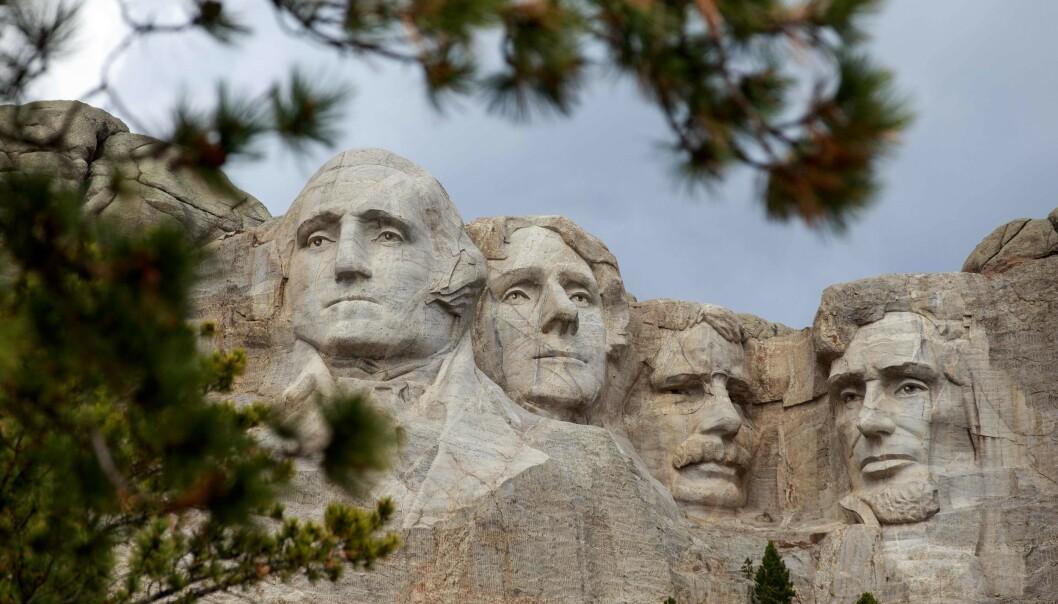 MOUNT RUSHMORE: Minnesmerket består av de enorme bystene til fire presidenter – George Washington, Thomas Jefferson, Abraham Lincoln og Theodore Roosevelt, hogd ut i fjellsiden. Foto: Kerem Yucel / AFP