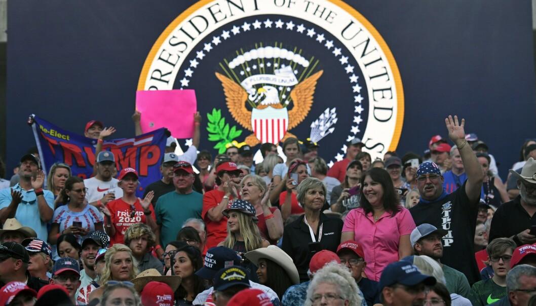 FOLKEMENGDE: Trump-supportere venter på presidenten. Foto: SAUL LOEB / AFP