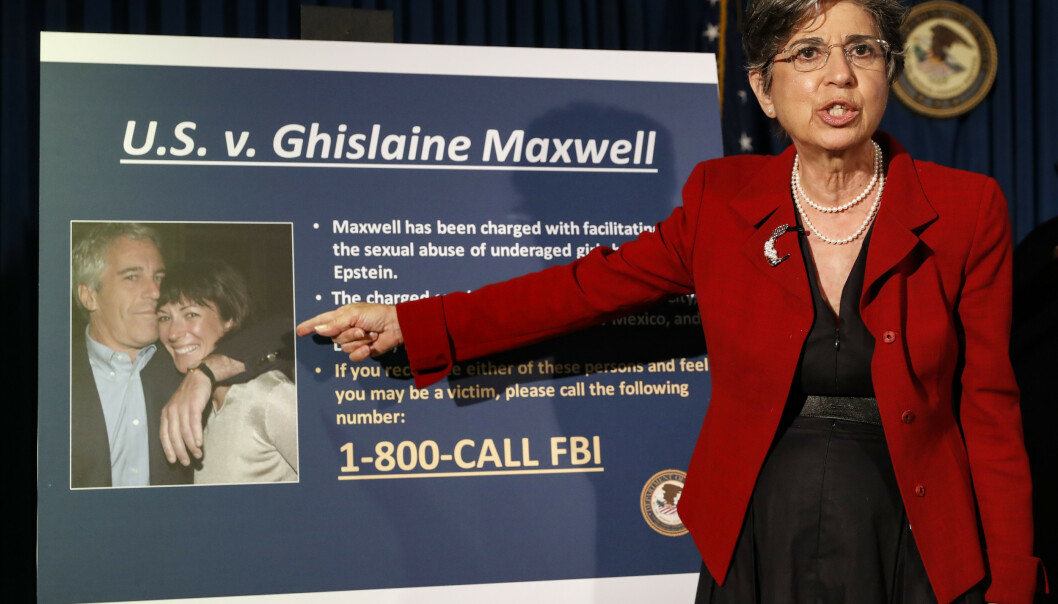 <strong>NEW YORK:</strong> Statsadvokat Audrey Strauss avbildet under en pressekonferanse 2. juli 2020. Hun peker på et bilde av Ghislaine Maxwell og Jeffrey Epstein. Foto: AP