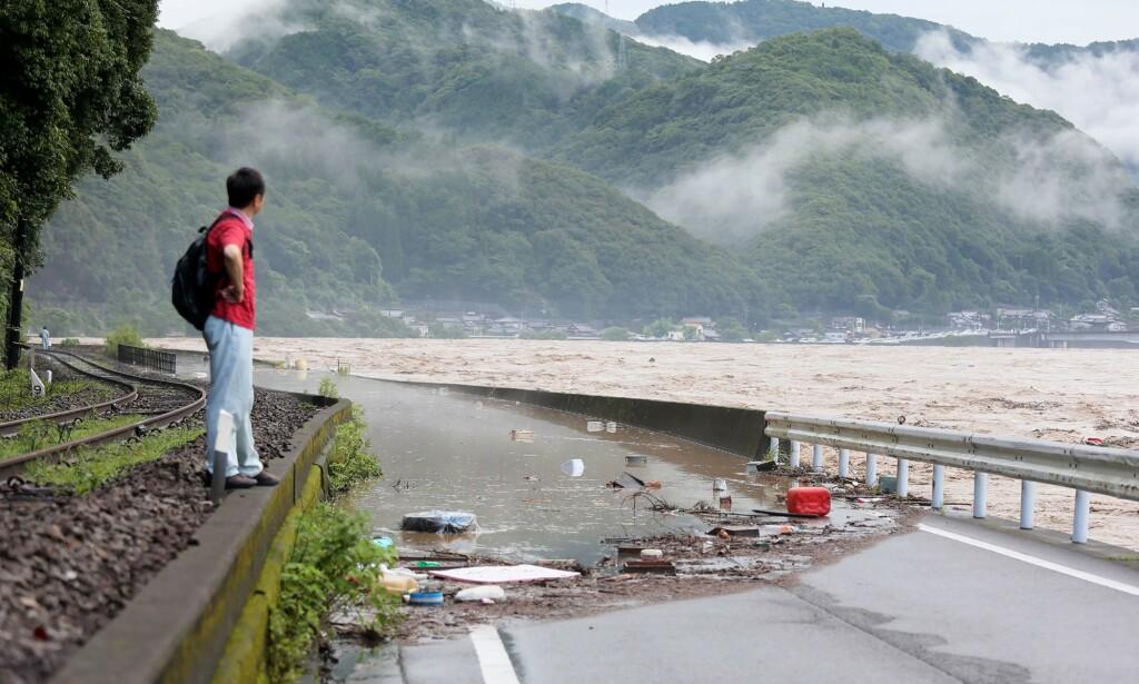 ISOLERT: Mange er isolert etter at elva Kuma gikk over sine bredder som følge av rekord-regn. Foto: STR / JIJI PRESS / AFP / NTB scanpix