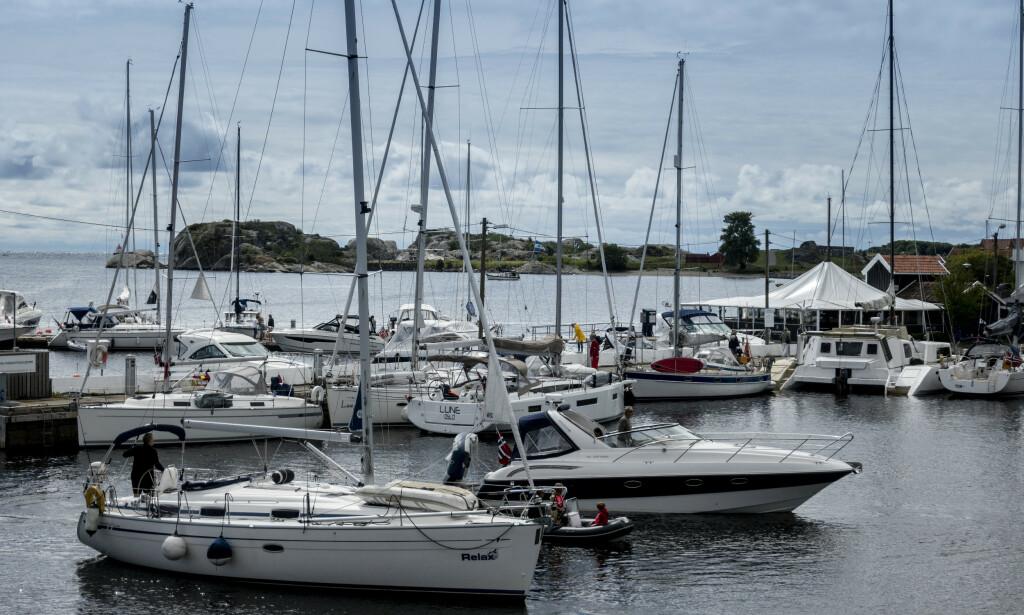 STRENGE SMITTEVERNREGLER: Larvik kommune tillater ikke at båter ligger utenpå hverandre ved gjestegavnene. Det er en regel eieren av Stavern gjestehavn reagerer sterkt på. Foto: Bjørn Langsem / Dagbladet
