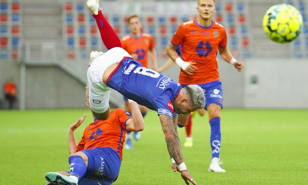 VÅLERENGAS BESTE: Aron Dønnum er en attraksjon og Vålerengas beste spiller. Han var god mot Aalesund også. Men da han fikk sin store sjanse misset han som alle andre. Det er noe med Vålerenga når de har muligheten til å ta steg. De får det ikke til. Foto: Fredrik Hagen / NTB scanpix