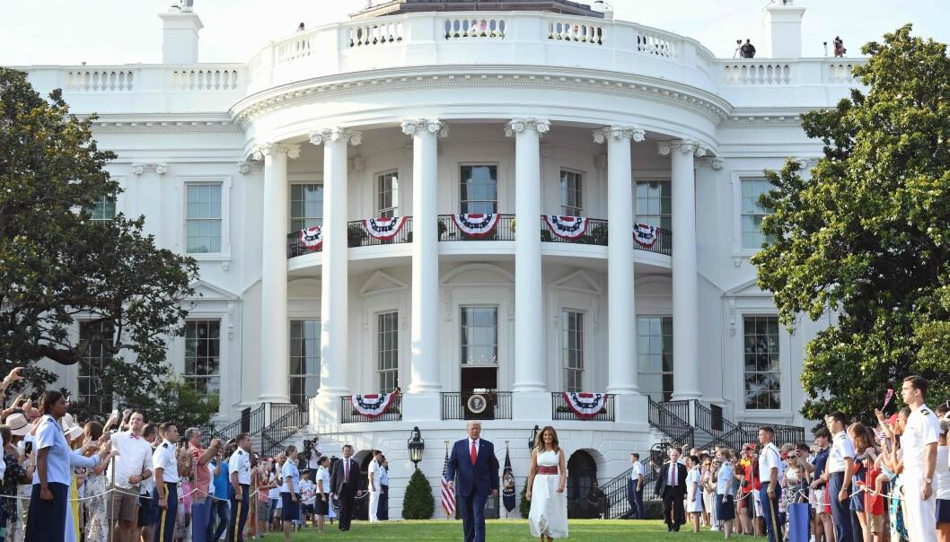 <strong>DET HVITE HUS:</strong> President Donald Trump og førstedame Melania Trump ankommer festen i hagen til Det hvite hus. Foto: SAUL LOEB / AFP