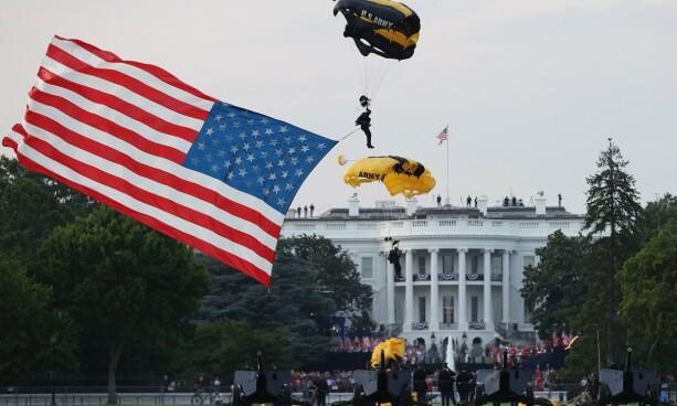 4. JULI-MARKERING: Et medlem av forsvarets fallskjermgruppe lander i rett ved Det hvite hus. Foto: Win McNamee/Getty/AFP