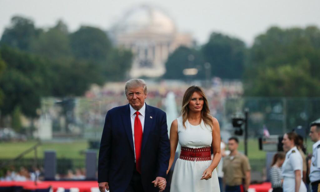 MARKERING: Presidenten og førstedamen går tilbake til Det hvite hus etter presidentens tale og det militære flyshowet. Foto: REUTERS/Carlos Barria