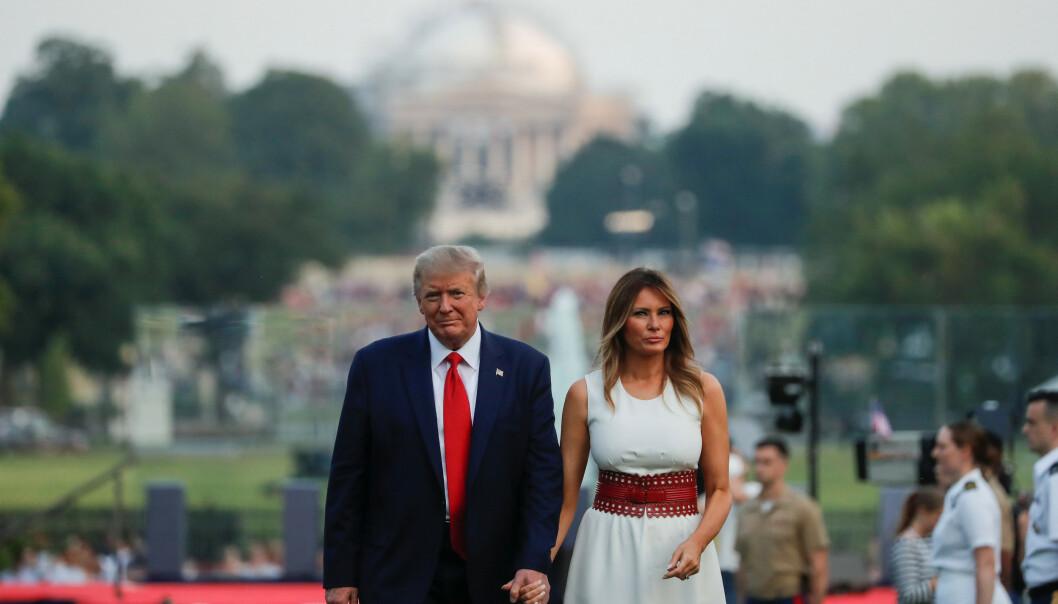 <strong>MARKERING:</strong> Presidenten og førstedamen går tilbake til Det hvite hus etter presidentens tale og det militære flyshowet. Foto: REUTERS/Carlos Barria