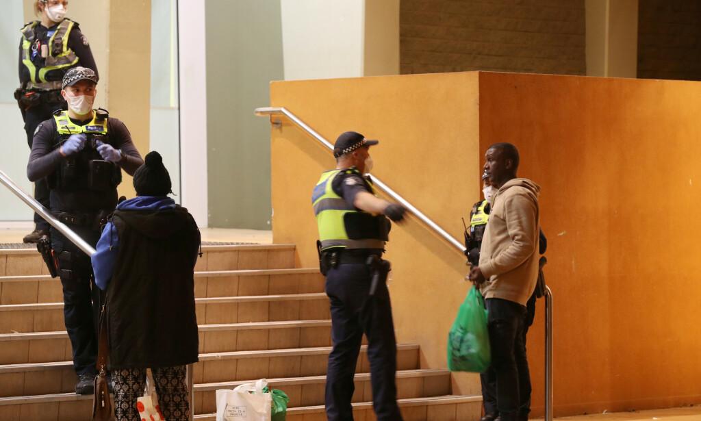 MØTT AV POLITIET: Da beboerne kom hjem til boligblokken lørdag ble de møtt av et stort politioppbud. Foto: David Crosling / AAP Image / REUTERS / NTB scanpix