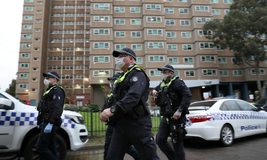 HOLDER VAKT: Rundt 500 politibetjenter skal til en hver tid passe på at beboerne i de ni boligblokkene i Melbourne holder seg isolert. Foto: David Crosling / AAP Image / REUTERS / NTB scanpix