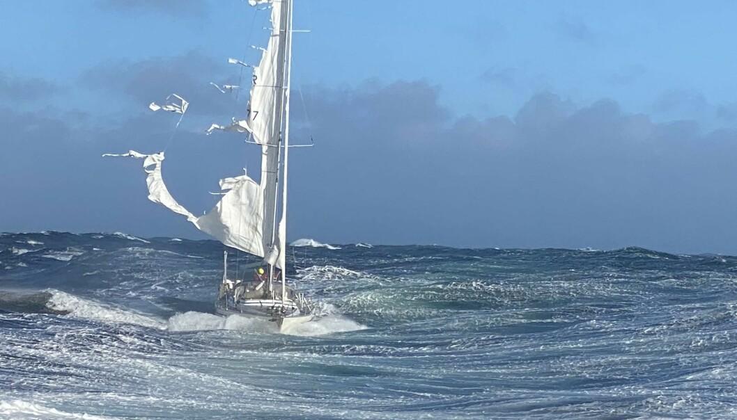 Redningsskøyta Inge Steensland måtte bistå en seilbåt der seilet hadde revnet. Foto: Redningsselskapet / NTB scanpix
