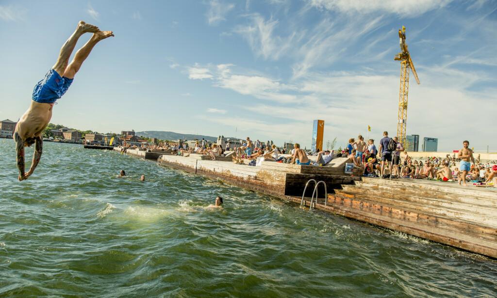 SOL: Folk nyter sol, sommer og bading på Sørenga i Oslo. Illustrasjonsfoto: Stian Lysberg Solum / NTB scanpix
