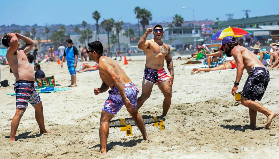 FEIRER NASJONALDAGEN: I San Diego benyttet flere anledningen til å feire uavhengighetsdagen på stranda. Dette til tross for at delstaten nå har stanset gjenåpningen og flere områder har iverksatt strengere smittevernstiltak. Foto: AFP.