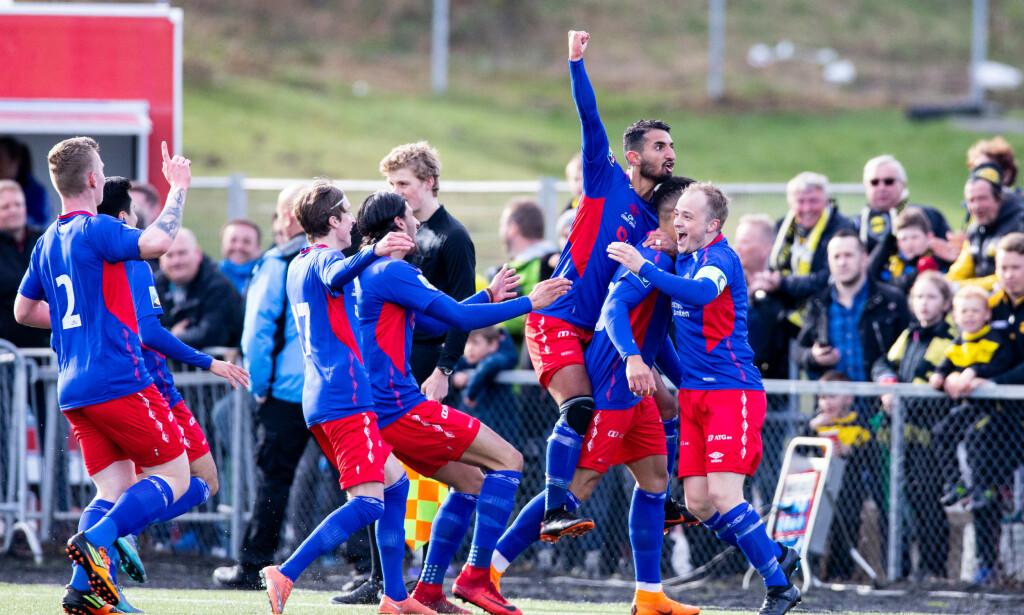 VIL TILBAKE: Lørenskogspillerne feirer 1-0 under kampen mellom Lørenskog og Lillestrøm i 2. runde av cupen på Rolvsrud stadion.  Foto: Audun Braastad / NTB scanpix