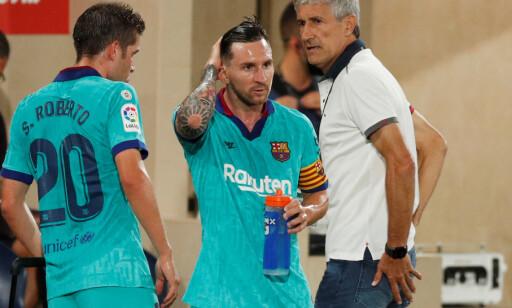 DISKUTERER: Manager Quique Setién i samtale med Lionel Messi og Sergi Roberto. Foto: NTB Scanpix
