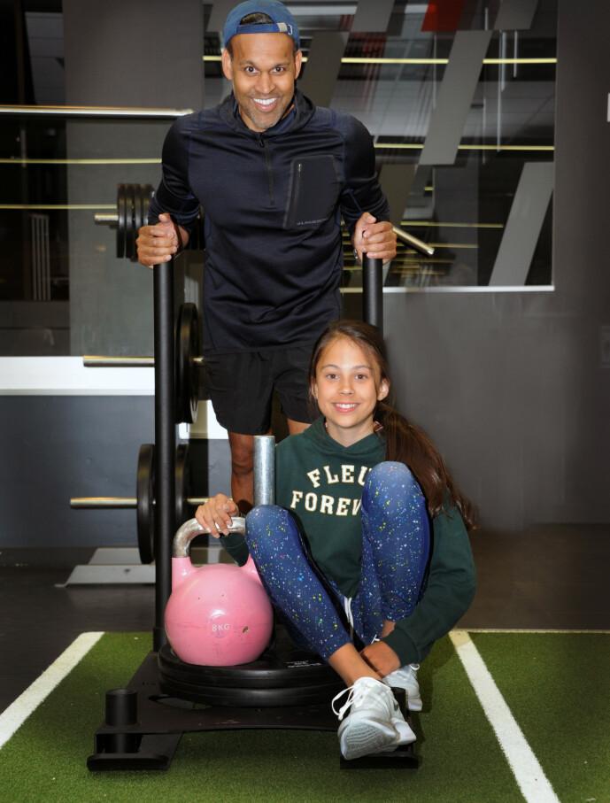 SPORTY FAMILIE: Hele Linnéas familie er sporty, men Linnéa - her sammen med far Tom - bestemmer selv om hun vil bruke personlig trener. FOTO: Marianne Otterdahl-Jensen