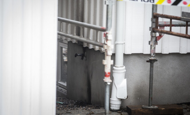 NÆR: Det var tydelige tegn etter flammer ved ordfører Bjørn Ole Gleditschs bolig. Foto: Trond Reidar Teigen / NTB scanpix