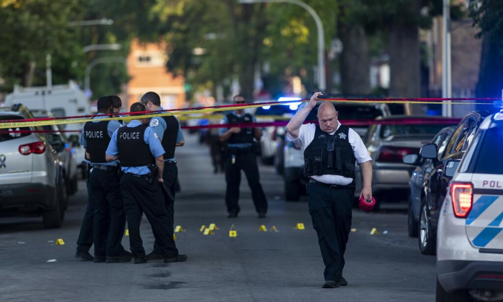 ØKT INNSATS: Det var satt inn ytterlige 1200 politifolk i gatene for å forhindre uro og vold i høytidshelga. Likevel endte det dramatisk. Foto: Tyler LaRiviere/Chicago Sun-Times/AP/NTB Scanpix