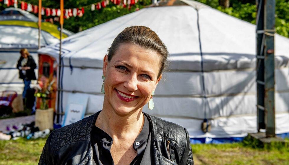 - MÅ VÆRE VARSOM: Märtha Louise går egne veier med nytt selskap. Nå vekker en navnedetalj oppsikt. Her avbildet under Happinez Festival i Nederland i mai i fjor. Foto: Robin Utrecht / ABACAPRESS.COM / NTB Scanpix