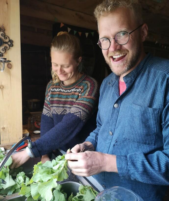 JOBBER SAMMEN: Evert ansatte Line som grønnsaksdyrker på gården. Men de er også kjærester. FOTO: Privat