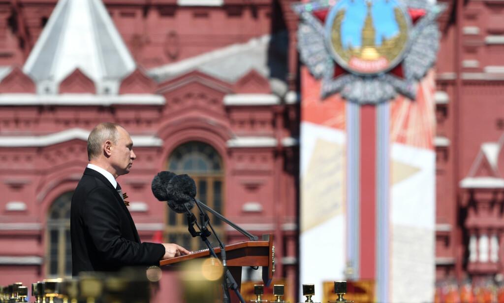 TROSSET KORONA: Russlands president Vladimir Putin talte under militærparaden på Den Røde Plass 24. juni. Foto: Sergey Pyatakov / AP / NTB scanpix