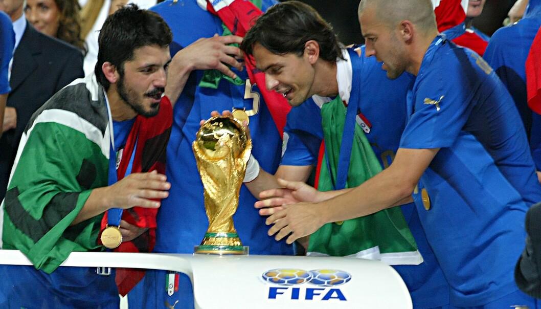 STORE STJERNER: Gennaro Gattuso (t.v.) og Filippo Inzaghi (i midten) feirer VM-gullet i 2006 sammen. Foto: NTB Scanpix