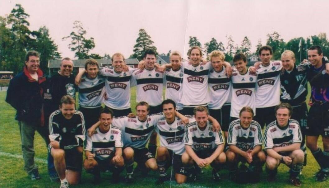 MÅLGARANTIST: En av de gyldne Flint-årgangene. Reidar Lindqvist nr. seks fra venstre i bakre rekke. Morten Ramm til høyre for ham. Bildet er fra sesongavslutningen i 2000, hvor Lindqvist scoret to og Ramm ett i prestisjeoppgjøret mot Larvik Turn. Foto: Privat