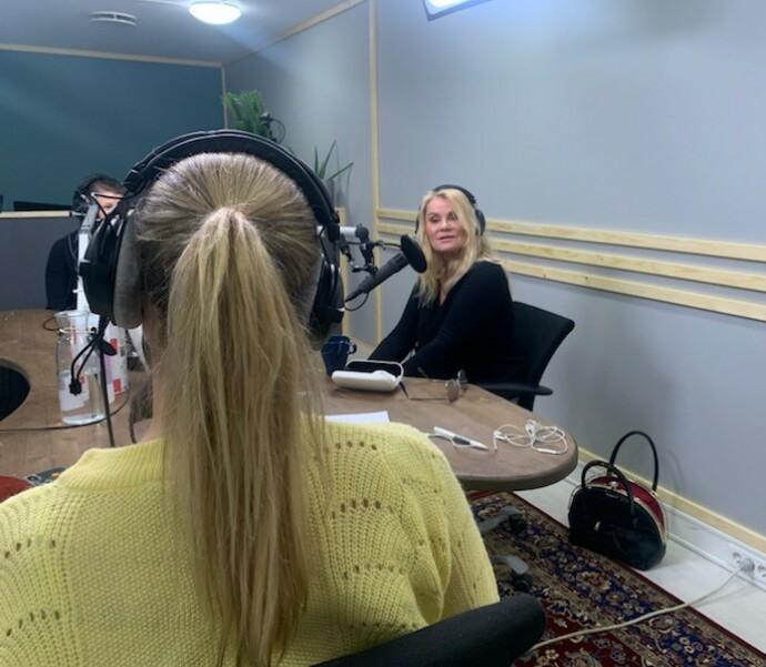 KOMMUNIKASJON: Mia Gundersen sier i podkasten av kommunikasjon er viktig, for at man skal skjønne hva penger og forbruk betyr i et forhold. FOTO: Privat/Pengetabu