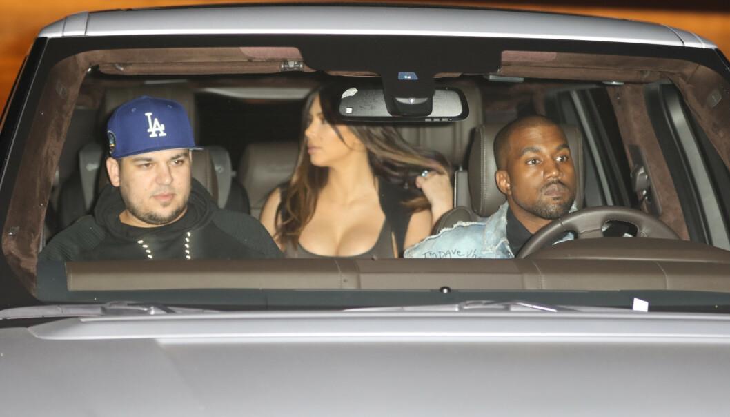 <strong>MER TILFREDS:</strong> Rob Kardashian (33) har blant annet vært gjennom brudd, økonomisk krise og sykdom. Nå skal han angivelig være på et bedre sted i livet. Her sammen med Kim Kardashian og Kanye West for noen år siden. Foto: NTB Scanpix