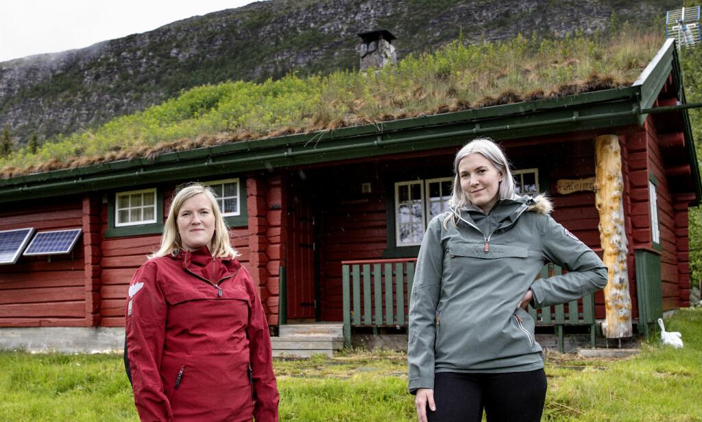 VIKTIG Å DELE: Silje Aasli og Mari Hauger Granheim var ikke i tvil om at de ønsket å kjøpe hytta i Valdres sammen. Arven fra bestefar var nok til å finansiere kjøpet. Foto: Nina Hansen / DAGBLADET