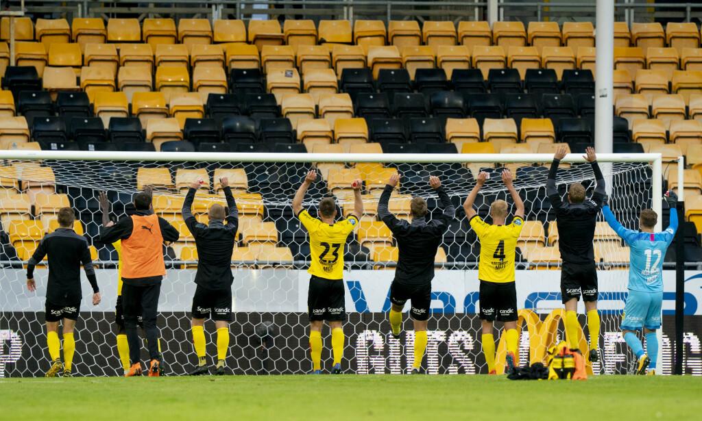 FEIRIER: Lillestrøm-spillerne feirer etter 1. divisjonskampen mellom dem og HamKam tirsdag. Foto: Fredrik Hagen / NTB scanpix
