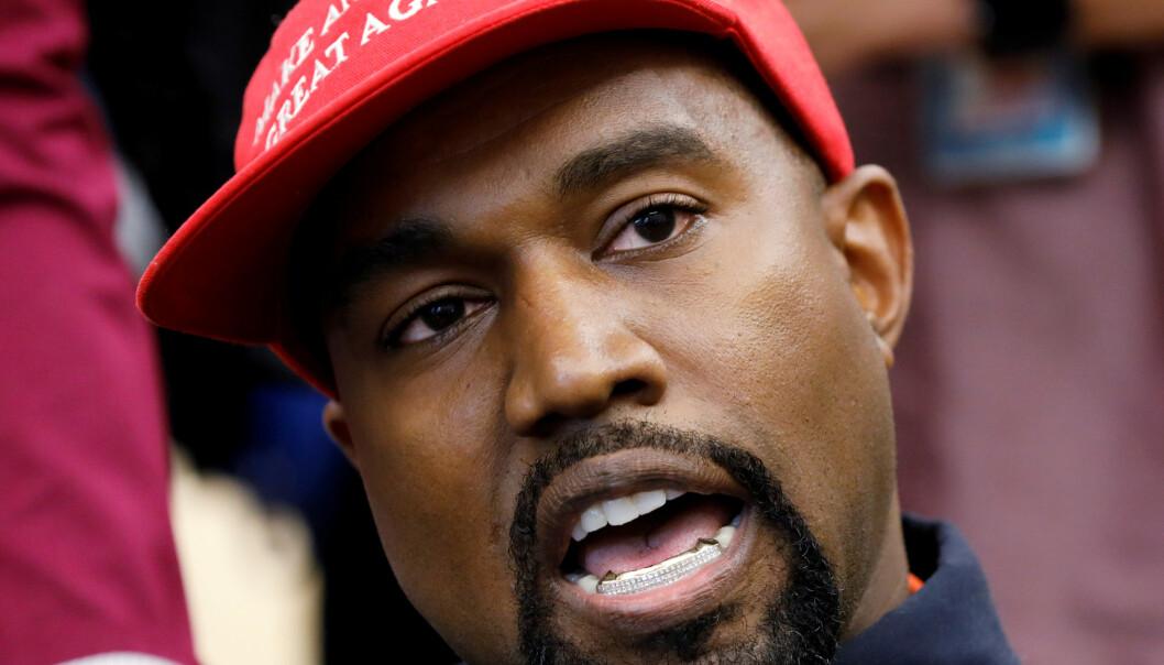 AV MED HATTEN: Kanye West sier han har tatt av den røde capsen nå som han selv stiller som president. Foto: NTB Scanpix.