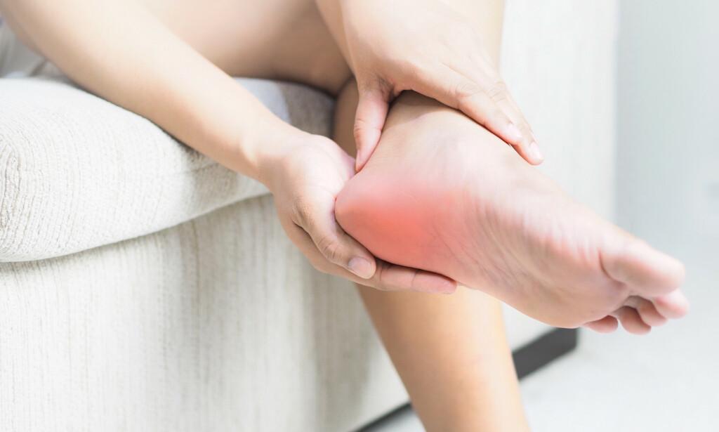 BEHANDLING: Personer med kroniske hælsmerter har lenge blitt ignorert av helsevesenet som ikke hadde et skikkelig tilbud til dem. Men nå kan også disse bli kvitt plagene for godt. Foto: Shutterstock / NTB Scanpix