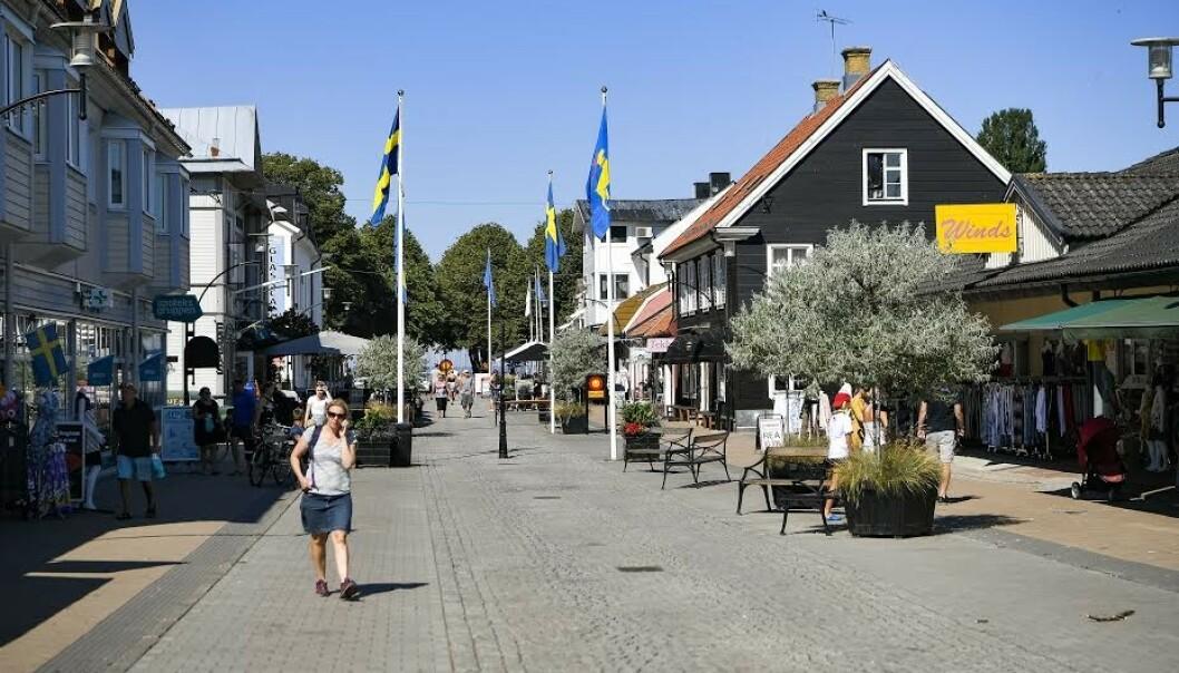 TETT I SENTRUM: Ledelsen i Kalmar län er bekymret for at folk oppholder seg for tett inne i sentrum på Öland. Bildet er fra storgata i Borgholm, og ble tatt tidligere i sommer. Foto: Alex Ljungdahl/Expressen