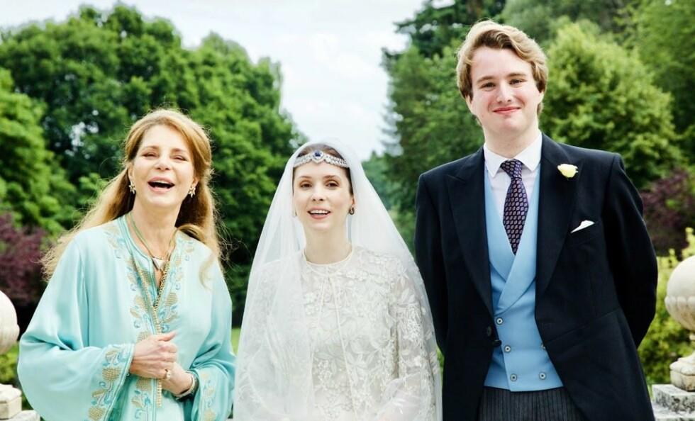 <strong>NÅ ER DE GIFT:</strong> Her er prinsesse Raiyah av Jordan avbildet sammen med sin ektemann Ned Donovan og moren, tidligere dronning Noor, under bryllupet tirsdag. Foto: Arabian Royal Agency