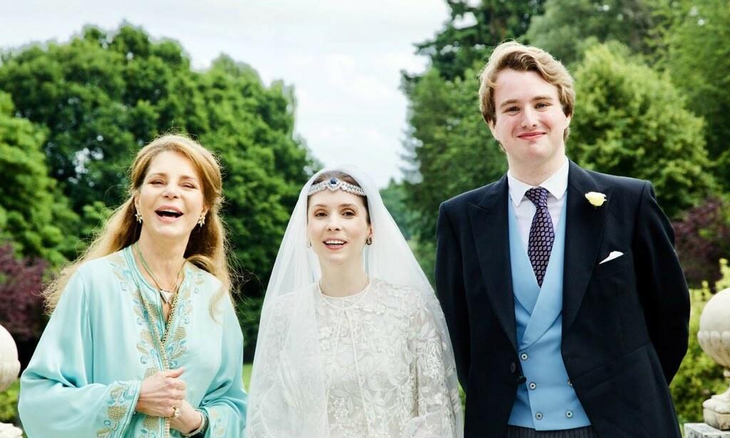 NÅ ER DE GIFT: Her er prinsesse Raiyah av Jordan avbildet sammen med sin ektemann Ned Donovan og moren, dronning Noor under bryllupet tirsdag. Foto: Arabian Royal Agency