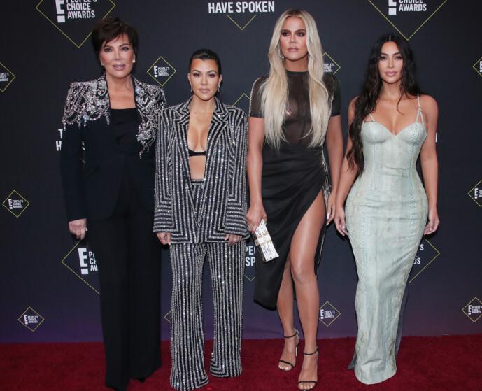 TURBULENT: Kourtney Kardashian (midten t.v) ønsker ikke å medvirke i familiens realitysirkus lengre. Det gir hun nå klar og tydelig beskjed om. Her er hun fotografert med mamma Kris Jenner, og sine yngre søstre Khloé og Kim Kardashian høsten 2019. Foto: NTB Scanpix