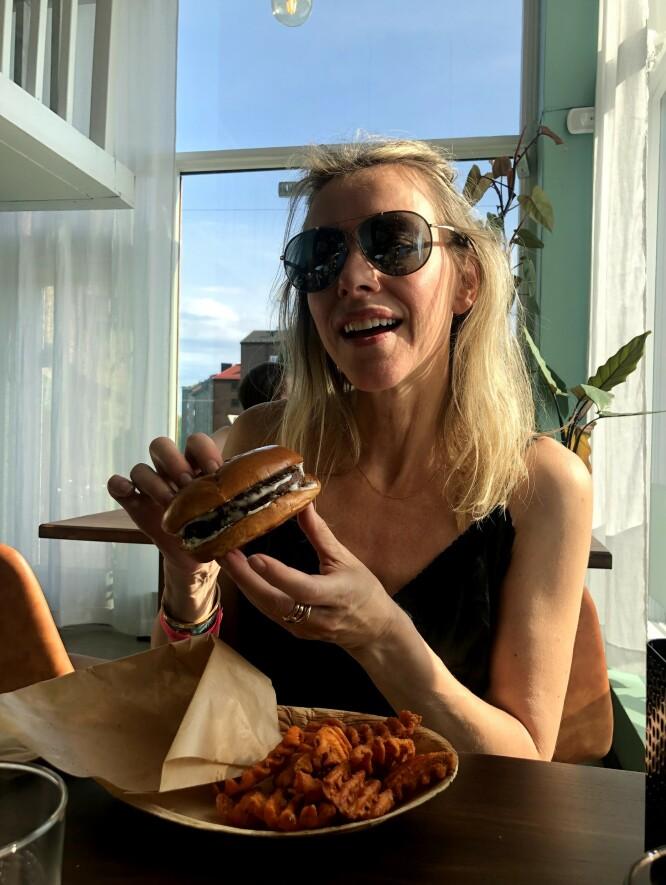 SPENNENDE: Nei, vegansk betyr ikke Isberg-salat og Thousand Island-dressing til middag! I nettkurset «Veganer i 28 dager», deler Laila Madsö av sin kunnskap og erfaring; blant annet med å lage deilige middager hjemme og med de gode triksene som gjør det lettere å opprettholde plantebasert kosthold utenfor hjemmet. FOTO: Privat