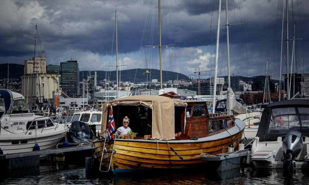 FERSK BÅTEIER: - Det er fantastisk å ligge i båthavna på Hovedøya. Det er en rolig og deilig stemning, mange har vært her i 30 år, og alle hilser bestandig. Det er som å være på fjellet, lett å bli kjent med naboen, sier Marte Frigstad Brennbakken. Foto: Nina Hansen / Dagbladet