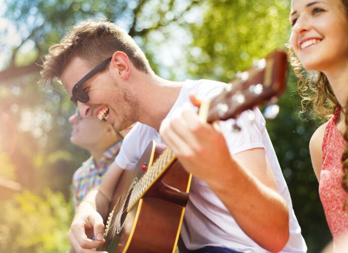 MUSIKKGLEDE: Samle venner til hagekonsert eller spill av en av de mange gratiskonsertene som ligger ute på nett. Bare husk en meters-regelen. FOTO: NTBscanpix
