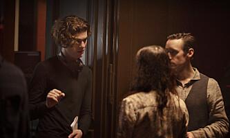 «Kadaver»: Regissør Jarand Herdal instruerer skuespiller Thomas Gullestad på settet til filmen. Foto: Netflix.