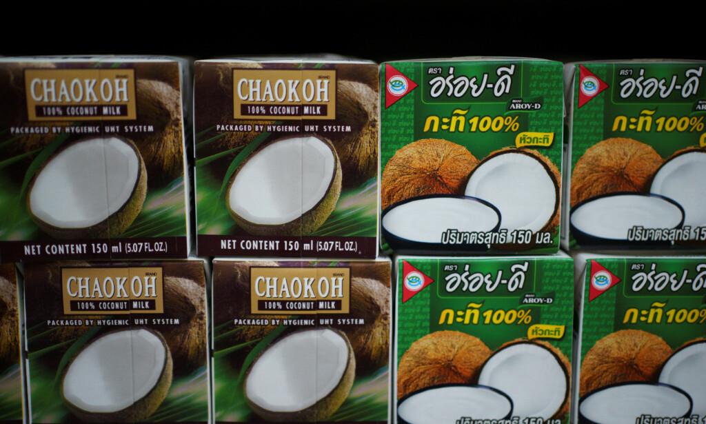 KOKOSMELK: Butikkjeder over hele verden har boikottet kokosprodusenter i Thailand, som bruker aper til å sanke kokosnøtter. Foto: Reuters