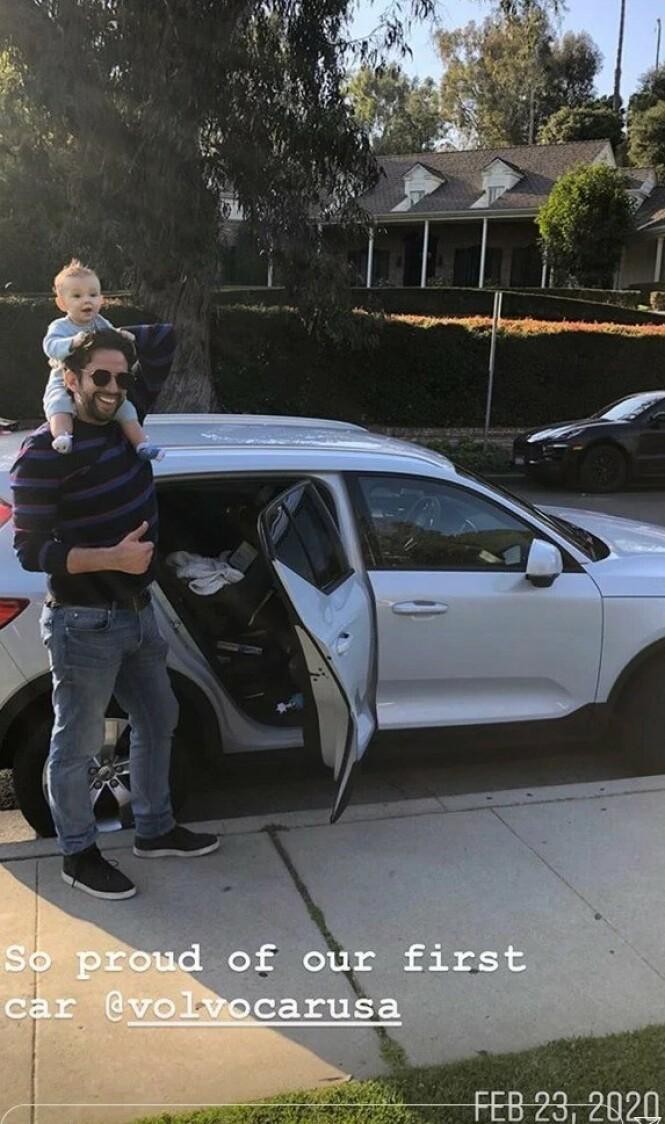 LYSERE TIDER: Amanda Kloots delte også dette bildet, fra slutten av februar, av ektemannen Nick Cordero, sønnen Elvis og deres nye bil. Foto: Amanda Kloots/ Instagram