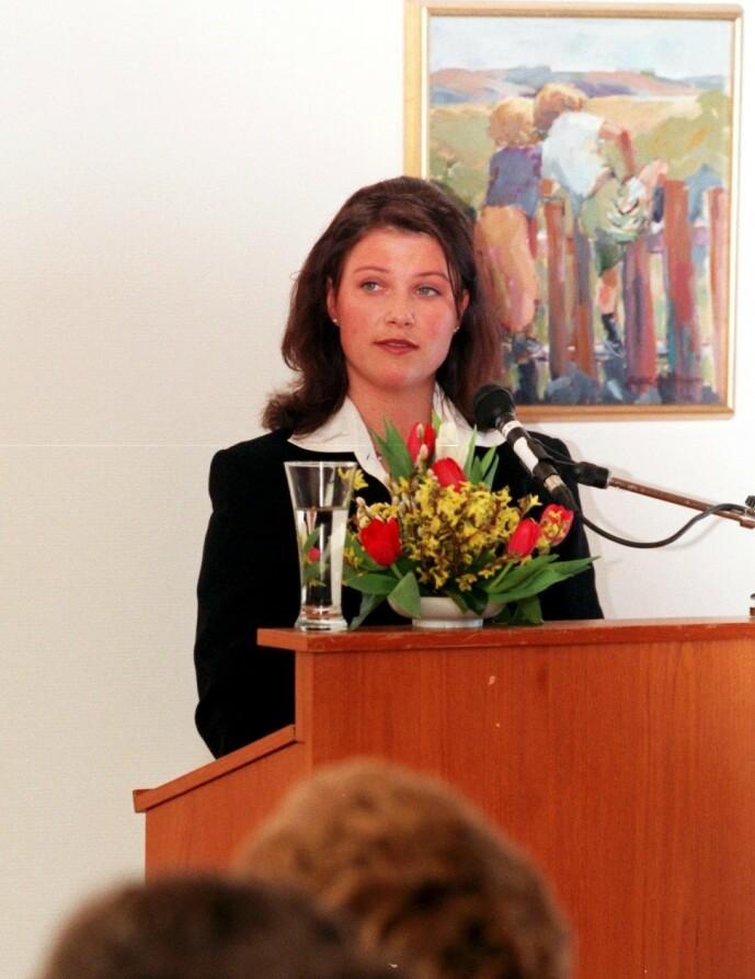 TALERSKREKK: En av tingene prinsessa slet med lenge, var å stå på scener. Her er hun fotografert i 1996 på åpningen av det nye barneavsnittet ved Statens senter for epilepsi. Foto: NTB Scanpix