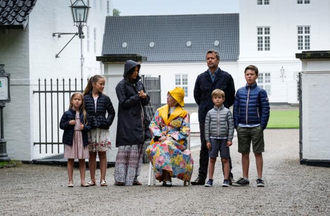 INGEN KOM TIL SKADE: Ifølge det danske kongehusets kommunikasjonssavdeling var det ingen som kom til skade under hendelsen. Her er kronprinsfamilien avbildet med dronning Margrethe utenfor Gråsten slott i 2017.