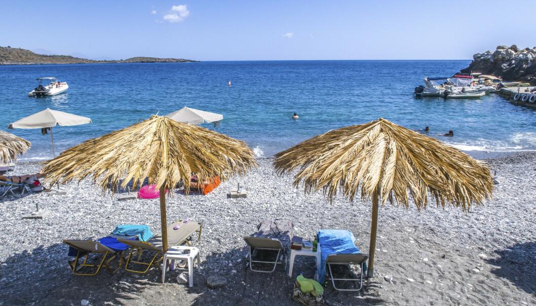Reiseselskapene håper at nordmenn kan få slappe av på stranden, som her i Marmara på Kreta, etter at myndighetene fredag legger fram hvilke land som har en tilfredsstillende smittesituasjon for at nordmenn kan slippe karantene. Illustrasjonsfoto: Halvard Alvik / NTB scanpix