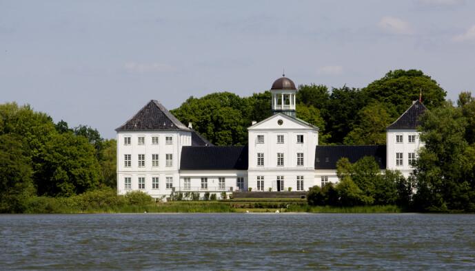 HERSKAPELIG: På Gråsten slott kan den danske kronprinsfamilien utvilsomt boltre seg i grønne, naturskjønne omgivelser ved vannet. Foto: Kyrre Lien / NTB scanpix