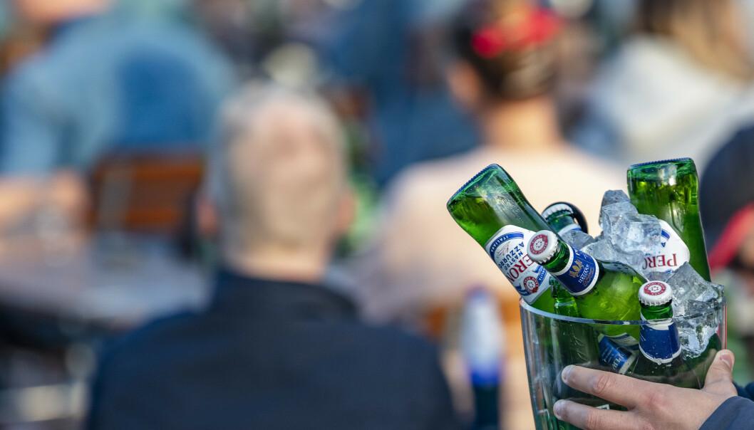 SERVERING: Servering av øl på en uteservering i Oslo. Bildet har ikke noe med de nevnte kontrollene å gjøre. Foto: Geir Olsen / NTB scanpix