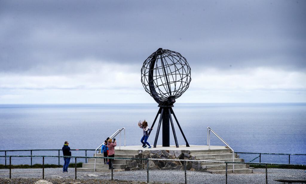 EN HÅNDFULL: I løpet av de to tre timene Dagbladet var på Nordkapp-platået, var det bare en håndfull turister som besøkte stedet. Foto: Henning Lillegård / Dagbladet